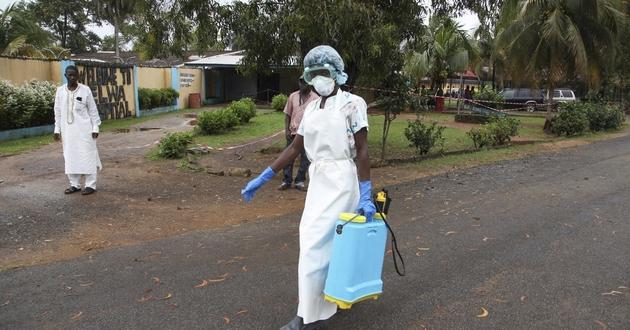 Liberyjska pielęgniarka w stroju ochronnym.