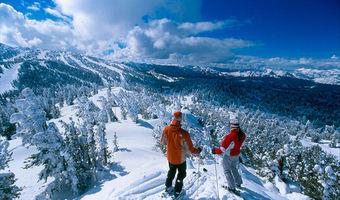 Ubezpieczenie turystyczne na zimowy wyjazd. Dodatkow� polis� mo�e by� karta p�atnicza