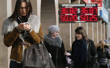 Moskwa zamyka banki i sprzedaje walut�