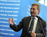Kolejny skandal z udziałem komisarza UE. Chodzi o lot na spotkanie z Orbanem