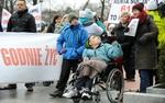 Rodzice niepe�nosprawnych dzieci protestuj� przed KPRM