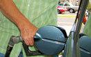 Ceny paliw przed dniem Wszystkich �wi�tych. Sprawd�, czy tankowa� na zapas