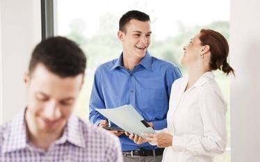 """Jak """"kupi�"""" dobrego pracownika i zatrzyma� go w firmie?"""