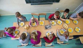 Ciepły posiłek w szkole dla każdego ucznia? MEN oszacował koszty