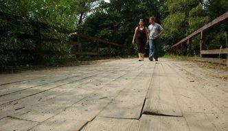 Mieszka�cy sami naprawili most, odpowiedz� za samowole budowlan�