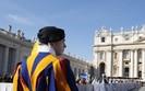 Biurokracja w Watykanie. Problemy finansowe zmuszaj� papie�a do zmian