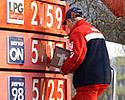 Ceny paliw b�d� jeszcze ni�sze? Analitycy komentuj�