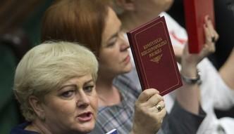 Zmiany w Trybunale Konstytucyjnym. Przed Sejmem protestuj� zwolennicy i przeciwnicy