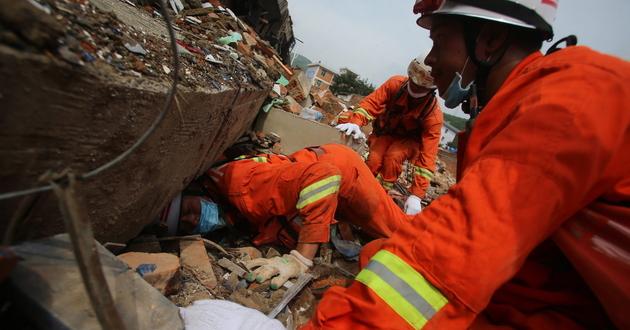 Ratownicy próbują dostać się do ofiar katastrofy