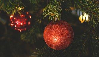 Spotkania wigilijne, dekoracje i prezenty. Jakie wydatki firma może wrzucić w koszty uzyskania przychodu?