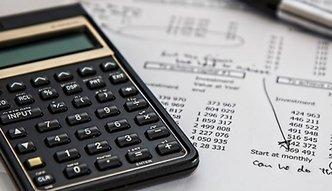 Jak podatek bankowy uderza w kieszenie klientów?