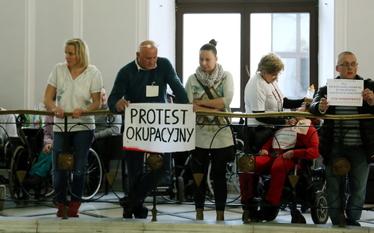 Protest w Sejmie. Rodzice z niepe�nosprawnymi dzie�mi okupuj� budynek