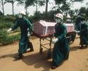 Epidemia eboli. Wewn�trzny raport: WHO zbyt wolno zareagowa�a na wirus