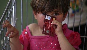 Przelew na kartę. Tak UE pomaga setkom tysięcy uchodźców