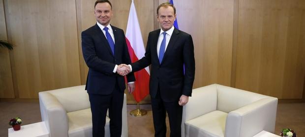 Na zdjęciu Donald Tusk witający Andrzeja Dudę podczas wizyty polskiego prezydenta w Brukseli