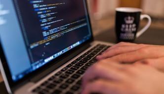 Biznes rywalizuje o wzgl�dy informatyk�w. Ofert pracy przybywa