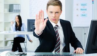 Zwolnienie z obowi�zku �wiadczenia pracy. Kiedy pracodawca mo�e je zastosowa�?