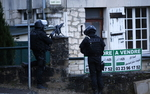 """Zamach na """"Charlie Hebdo"""". Antyterrory�ci szukaj� morderc�w, Pary� przypomina fortec�"""