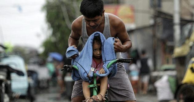 Tajfun Hagupit przechodzi nad Filipinami od soboty