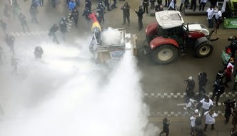 Protest producentów w Brukseli. Wysypali setki kilogramów mleka w proszku