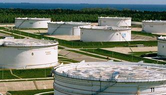 Zapasy ropy znowu wzros�y. Cena surowca najni�sza od ponad 11 lat