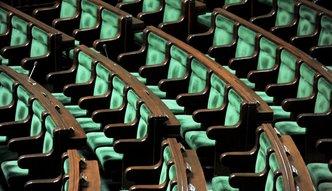 """Parlamentarzyści zbliżyli się do ludzi. Mieli kwotę wolną 10 razy większą, teraz mają """"tylko"""" 5"""