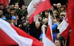 Marsz PiS w rocznic� stanu wojennego. Apel poleg�ych, modlitwy, bia�o-czerwone r�e