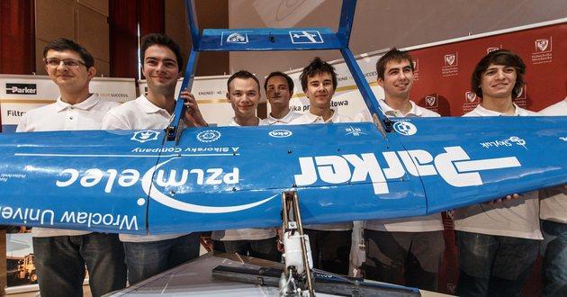 Na zdj. Studenci Politechniki Wrocławskiej i ich samolot