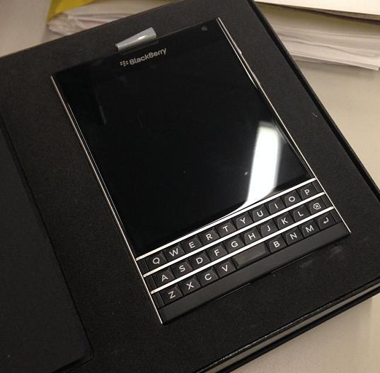 300084d1411577438t-guess-whats-blackberry-passport-retail-box-packing-passport