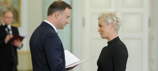Iwona Sroka pożegnała się z fotelem prezes KDPW na początku września. Na zdjęciu prezydent Andrzej Duda powołuje ją do Rady Dialogu Społecznego (22 października 2015 r.)