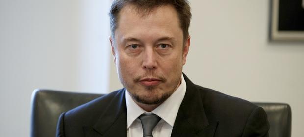 Elon Musk bardzo poważnie traktuje zagrożenie, jakie może w przyszłości stanowić sztuczna inteligencja.