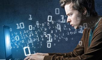 Pierwsza praca w IT – jak ją znaleźć? Ile można zarobić?
