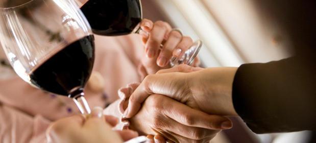 Polacy coraz chętniej sięgają po wino, za to spadła sprzedaż cydru. Ambra odnotowała rekordowy rok