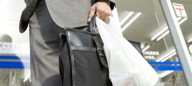 Od przyszłego roku plastikowe torby będą nas kosztować maksymalnie złotówkę.