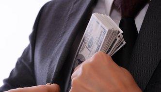 Skandal goni skandal, a na łapówki poszło 38 mln dolarów. Oto najbogatsi z prawem na bakier