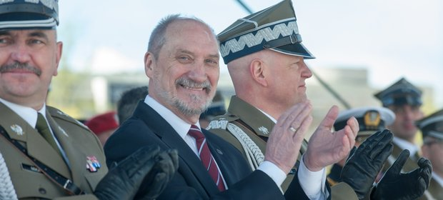 General dywizji Jaroslaw Mika, szef MON Antoni Macierewicz i general brygady Dariusz Skorupka