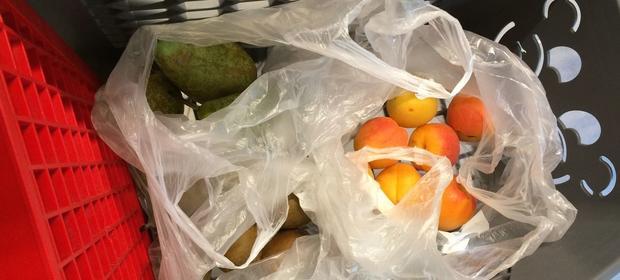 Od nowego roku za foliową torebkę zapłacimy nawet złotówkę. Darmowe będą tylko te na owoce.