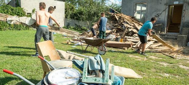 Usuwanie zniszczeń spowodowanych przez nawałnicę w miejscowości Sitowiec w województwie kujawsko-pomorskim